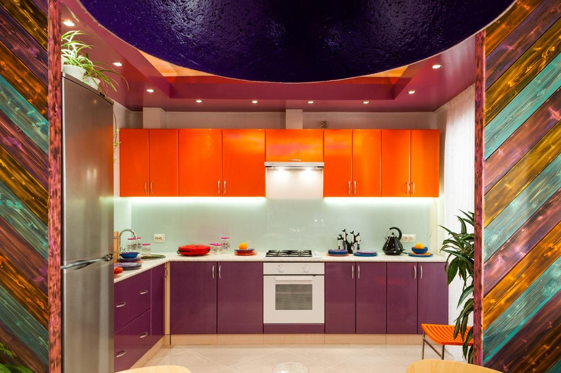 Оранжево-фиолетовая кухня