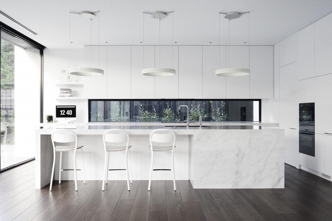 Освещение на белой кухне