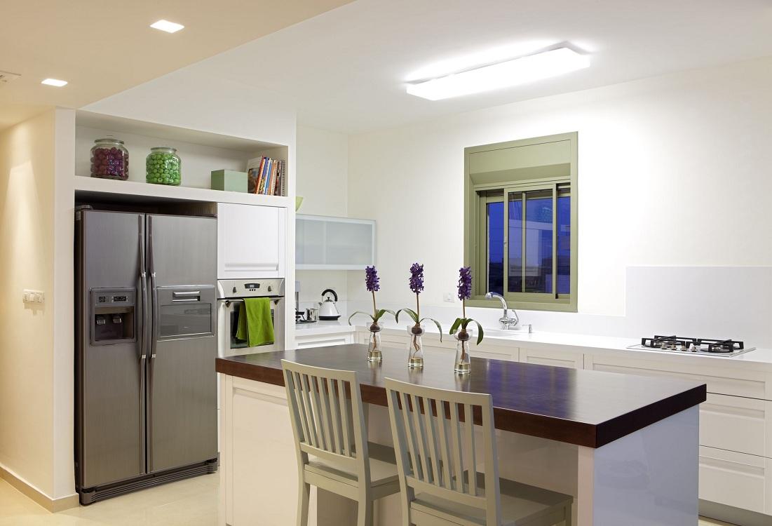 Размещение холодильника в стене на кухне