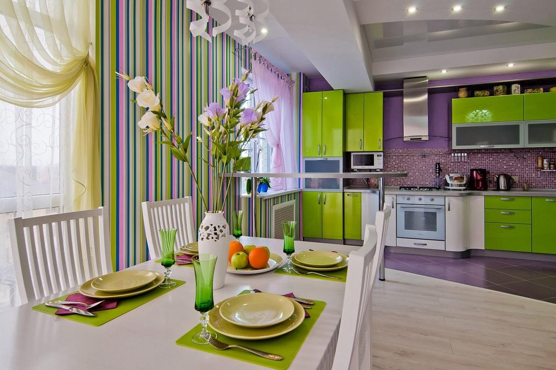 Салатовая кухня в сочетании с фиолетовым