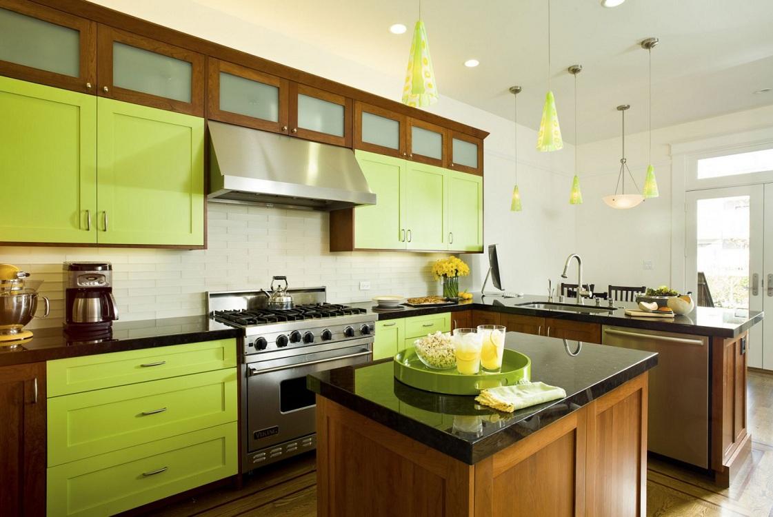 Салатовая кухня в сочетании с коричневым цветом