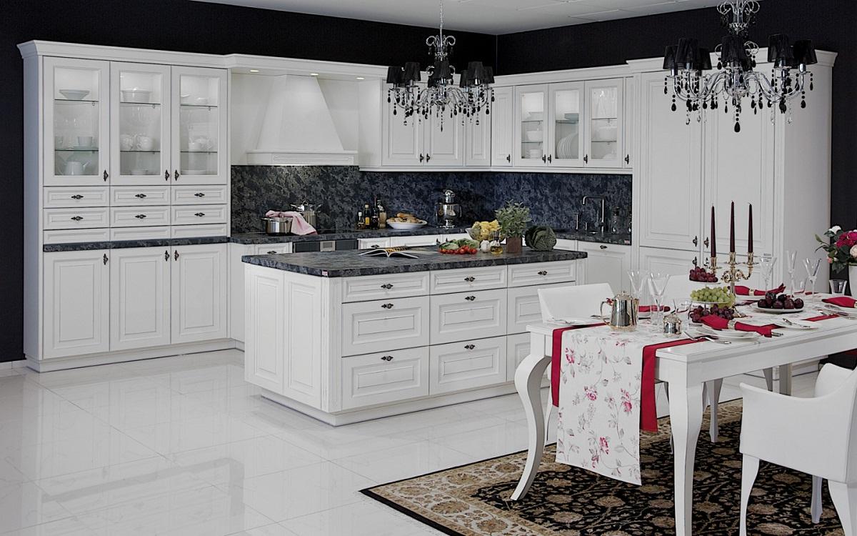 Цветовые акценты на белой кухне