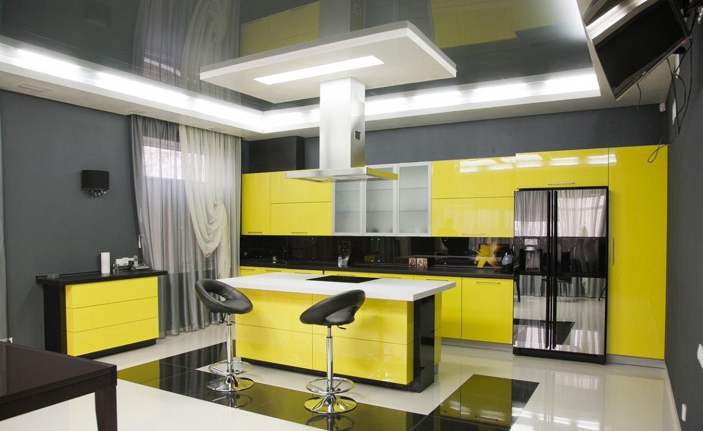 Желтая кухня с серым