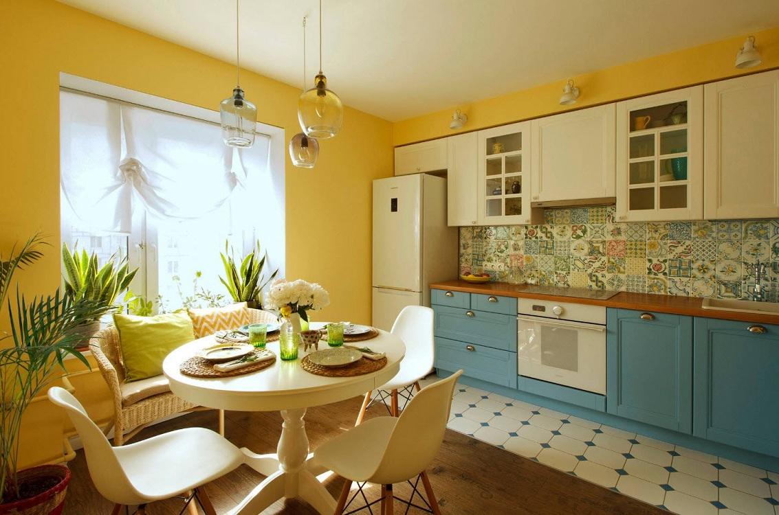 Желтая кухня в сочетании с голубым цветом