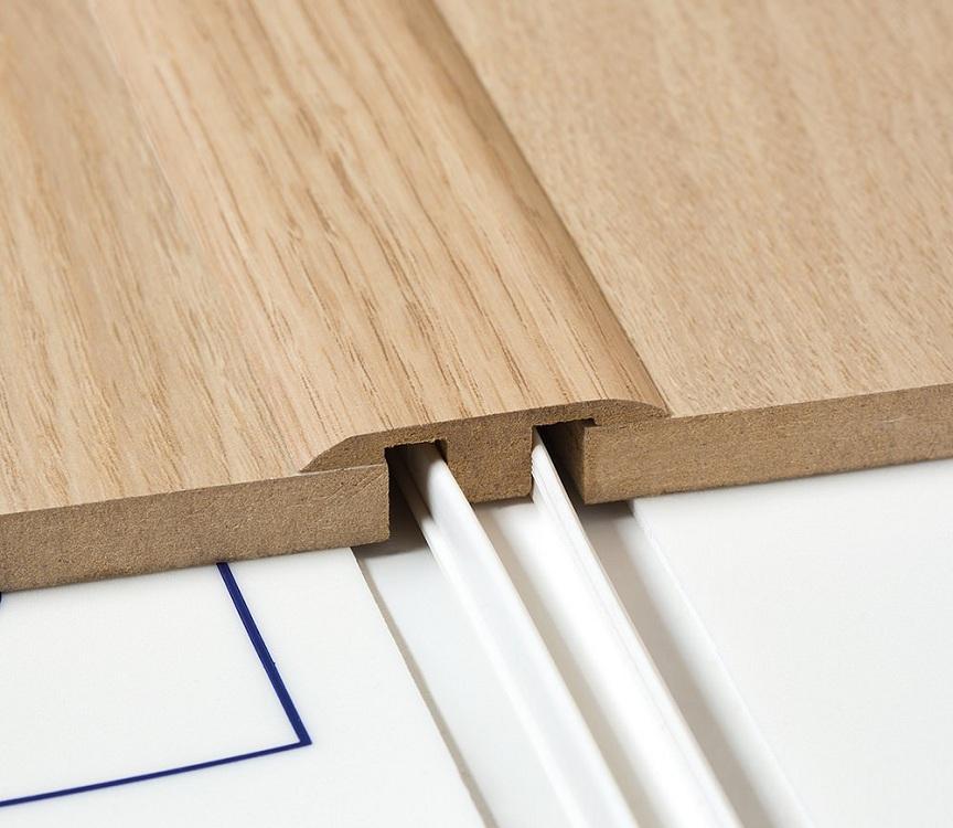 Деревянный порожек для пола на кухне