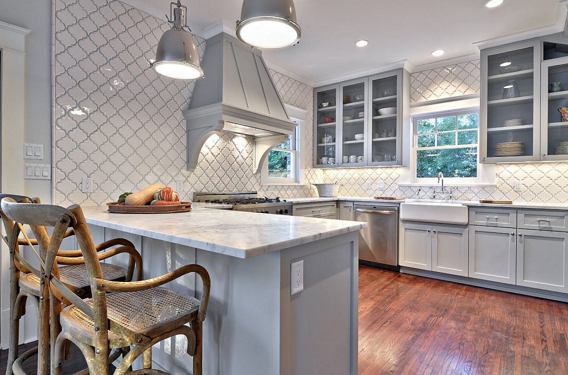 Настенная плитка на большой кухне