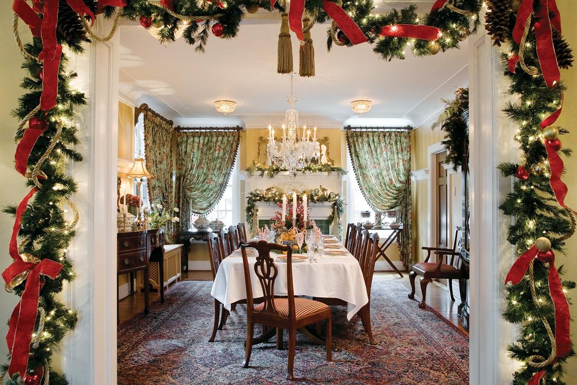 Украшение кухни к Новому году и Рождеству еловыми ветками