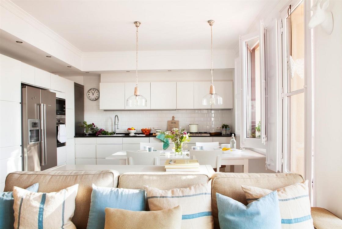 Квадратная кухня-гостиная 24 кв. м