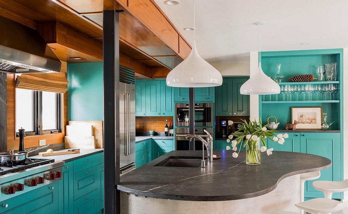 Мебель и освещение на кухне в греческом стиле