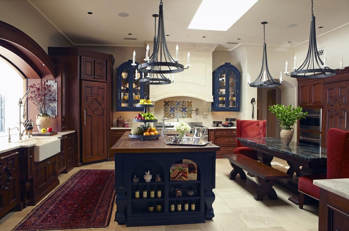Мебель и освещение на кухне в испанском стиле