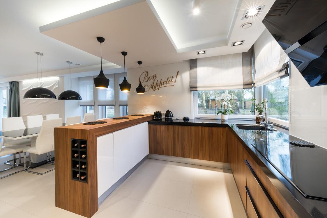 Освещение и мебель на кухне в европейском стиле