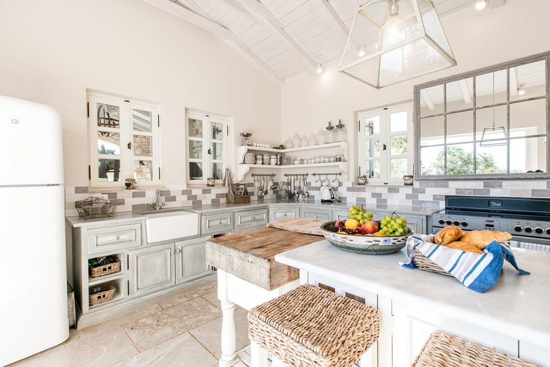 Стены на кухне в греческом стиле