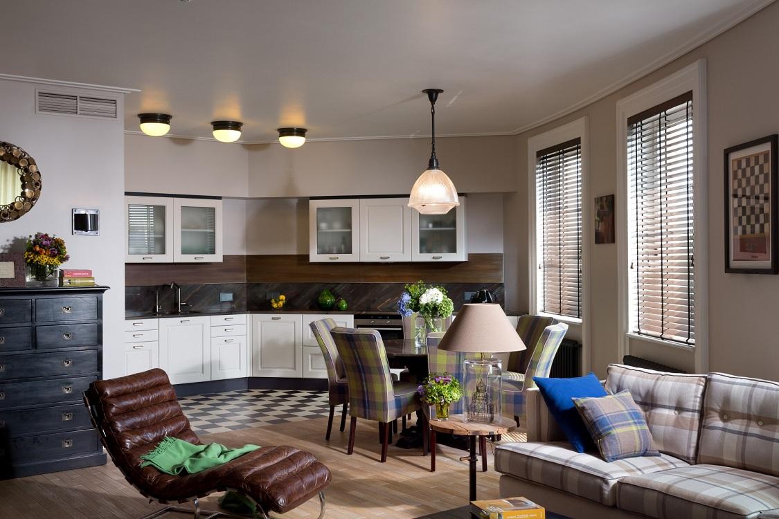 Зонирование кухни-гостиной 30 кв. м несколькими видами материалов