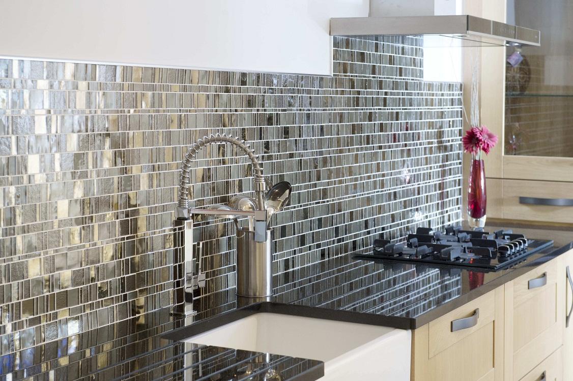 Варианты материалов для кухонного фартука из мозаики, способы фиксации, 24 фото в интерьере