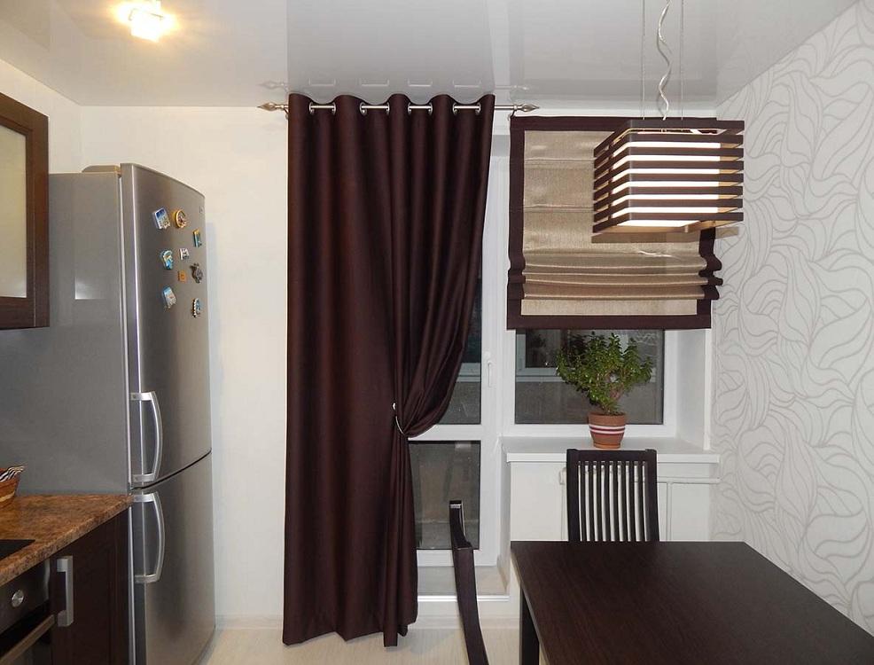 Комбинированные шторы на кухне с балконом
