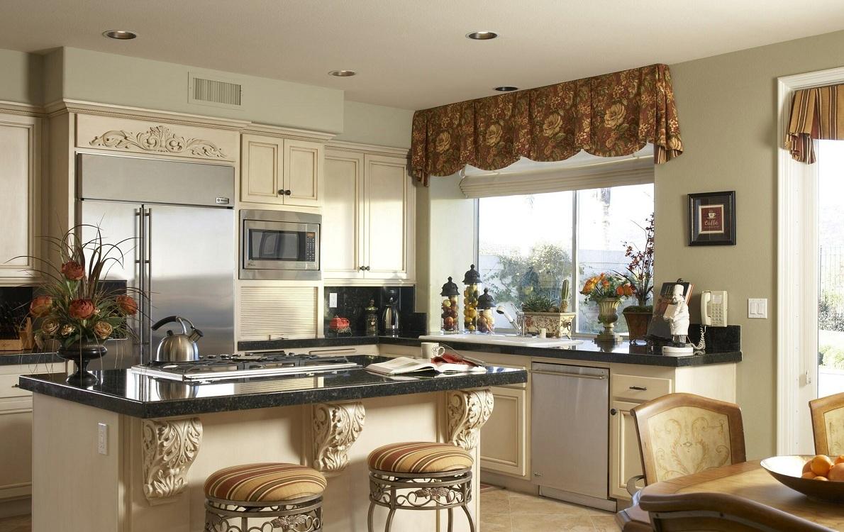Короткие занавески на кухне с балконом