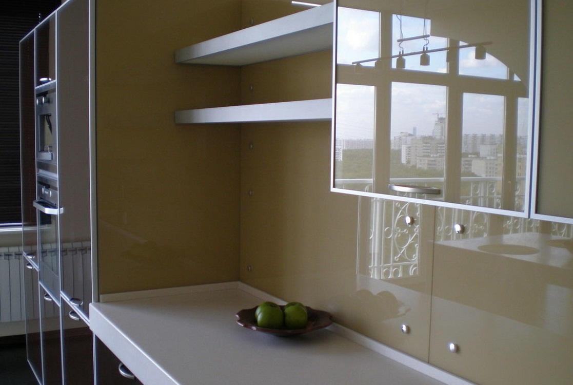 Крепеж стеклянного фартука на кухне