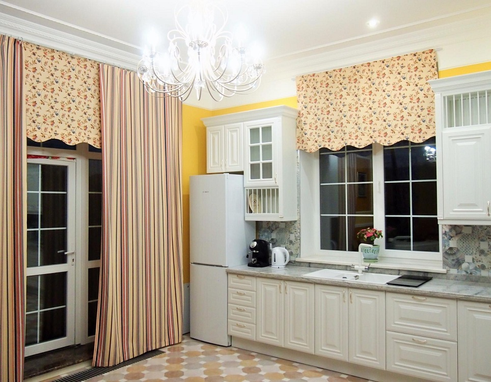 Ламбрекен на кухне с балконом