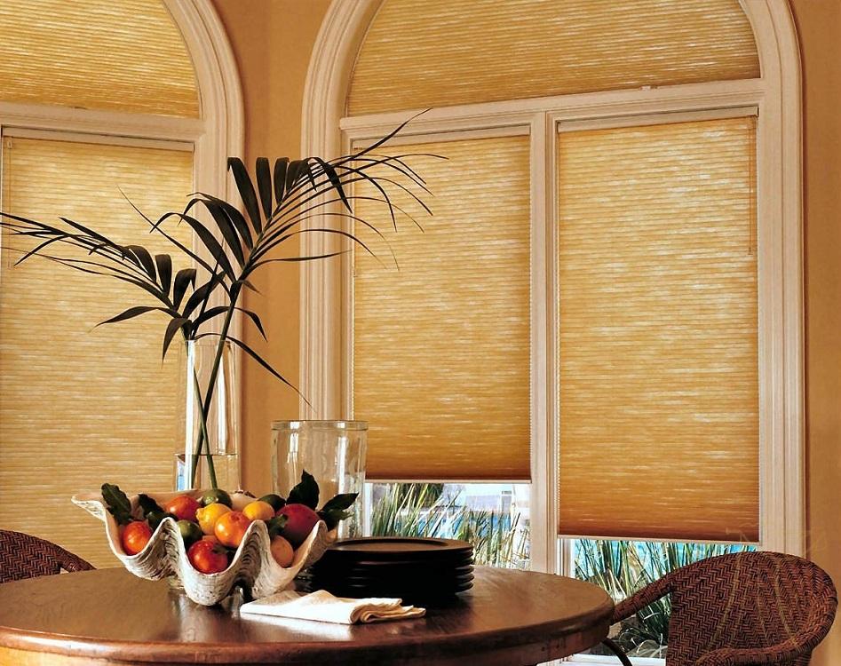Шторы из бамбука на кухне с балконом