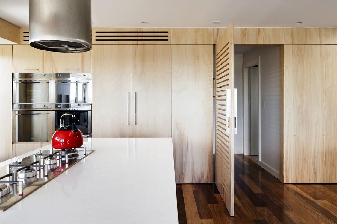 Деревянная дверь для кухни