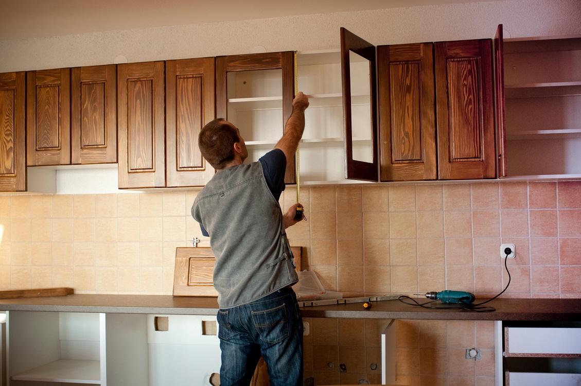 Как повесить шкафы на кухне