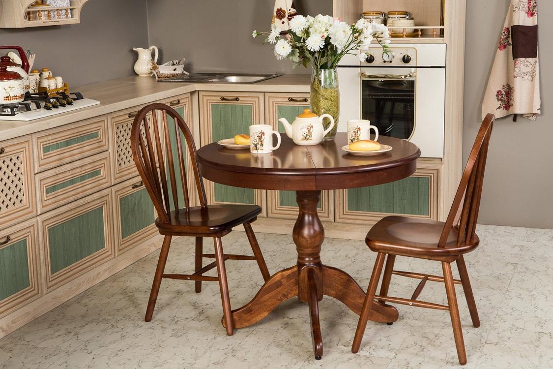 Маленький стол из массива дерева для кухни