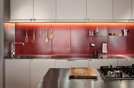 Фальш-панель из металла на кухне