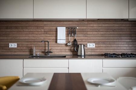 Фальш-панель на кухне из натуральной древесины