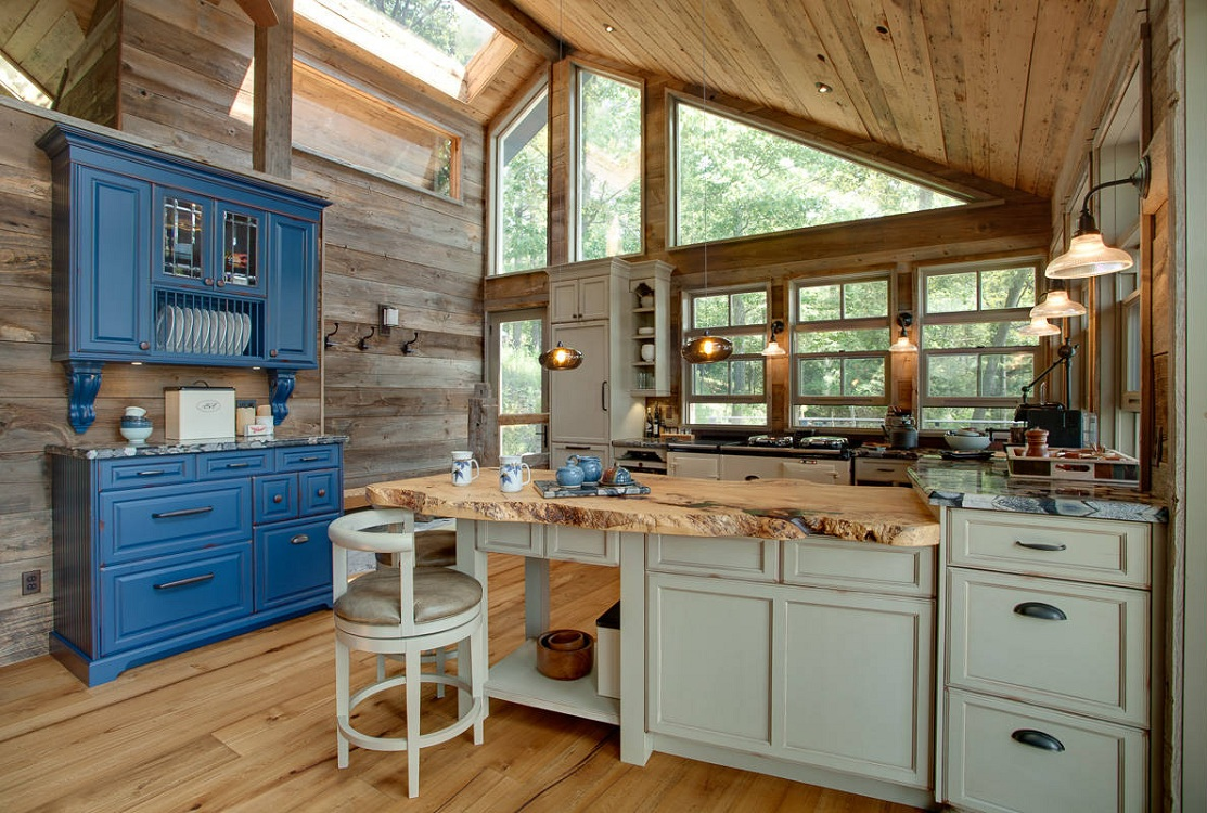 Оформление потолка кухни на даче